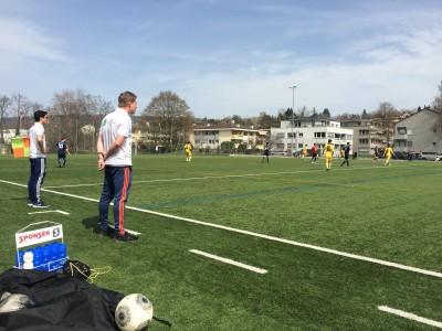 Trainer Christian Stengele beobachtet das erste Spiel seiner Mannschaft im Jahr 2016.